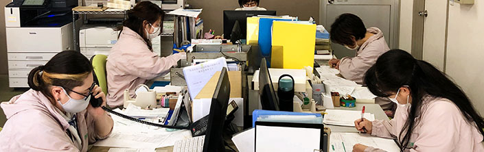 事務員を常駐させている事務所内